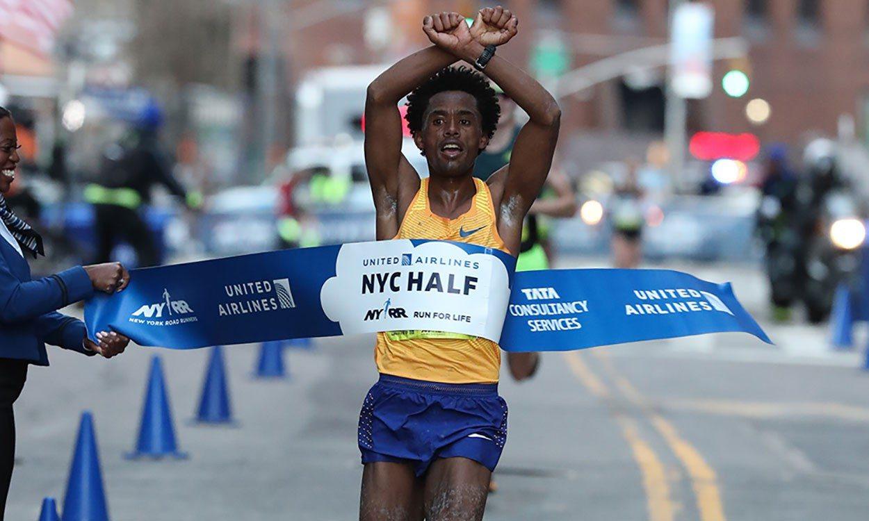 Feyisa Lilesa wins from Callum Hawkins at NYC Half