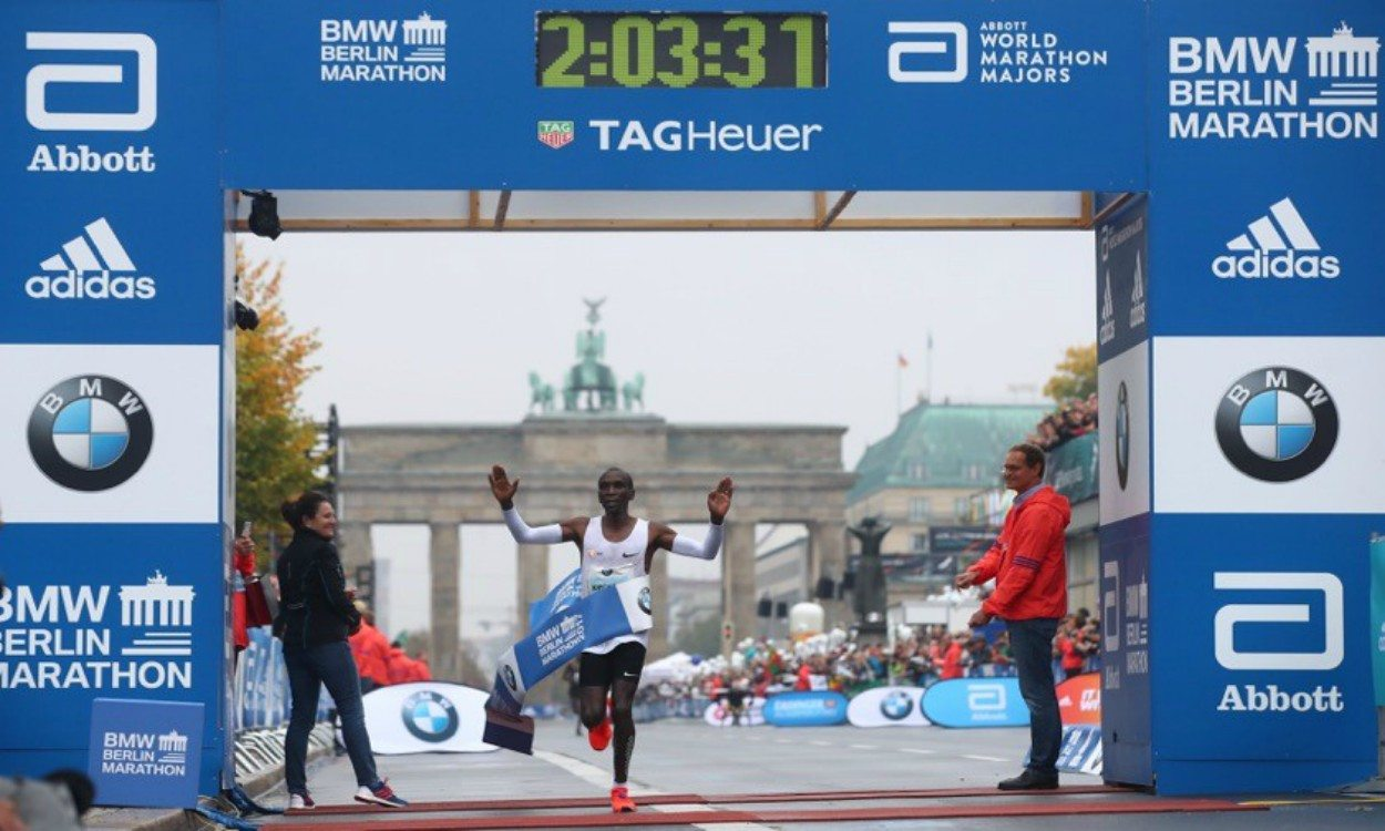 Eliud Kipchoge wins Berlin Marathon thriller